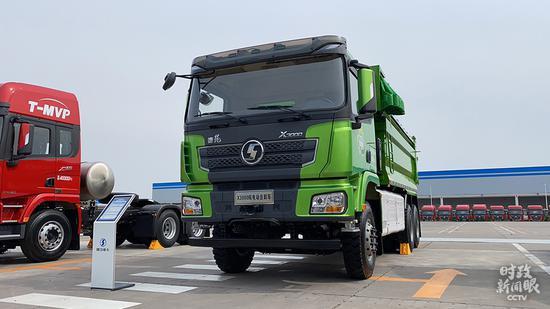 △这是德龙X3000 6×4纯电动自卸车。(总台央视记者杨松涛拍摄)