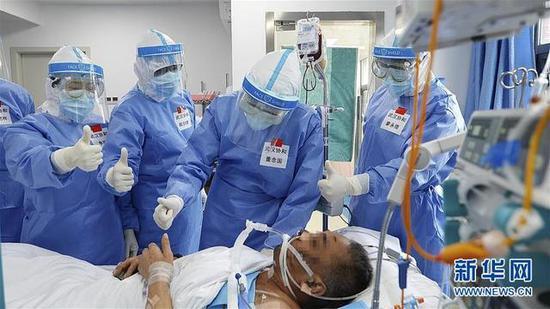 图为:5月8日,武汉协和医院器官移植中央主任董念国(右二)率领医务职员在查房时向患者乐成除去ECMO示意庆贺。(泉源:新华网)