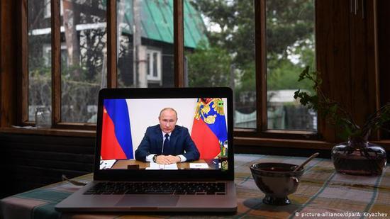 普京在5月11日的电视讲话中宣布放宽疫情管控措施(图/德新社)