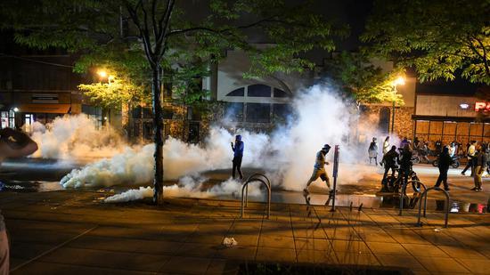 27日,明尼阿波利斯警方向抗议者使用催泪弹(路透社)