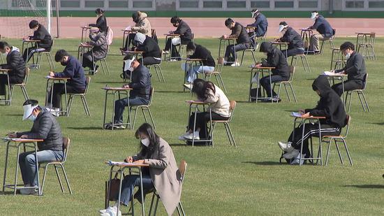 为防范交叉感染,韩国在操场举行笔试。(YTN电视台)
