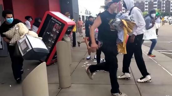 明尼阿波利斯市,一家超市遭抗议者哄抢。(视频截图)