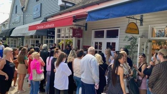 人们在比斯特购物村里购物(镜报)