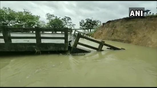阿萨姆邦一处桥梁坍塌(推特)