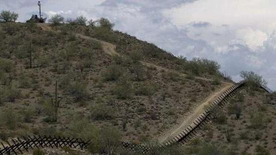 防范美国游客传播病毒!墨西哥边境小镇封锁美墨边境道路图片