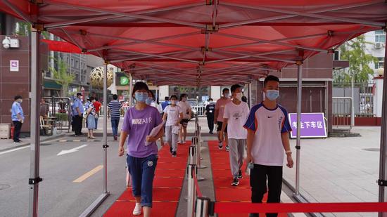 今天上午,2020年北京市中考拉开帷幕,在顺义区胜利街道仁和中学考点,考生有序进入考场。