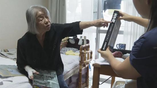 山边悠喜子给记者展示记录了本溪湖煤矿瓦斯大爆炸的日文版资料。(视频截图)
