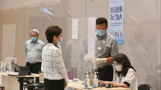 林郑月娥接受检测 图 | 央视新闻客户端