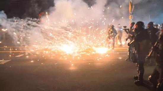 示威者与美国警方对峙现场(视频截图)