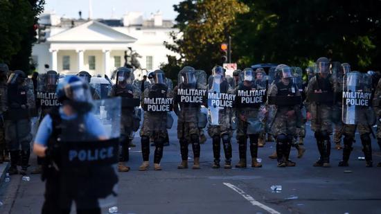 6月1日,示威者聚集在白宫附近抗议警察的暴行。图源:NPR