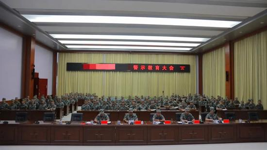东部战区:一战士违规使用手机造成泄密 被降衔、提前退出现役图片