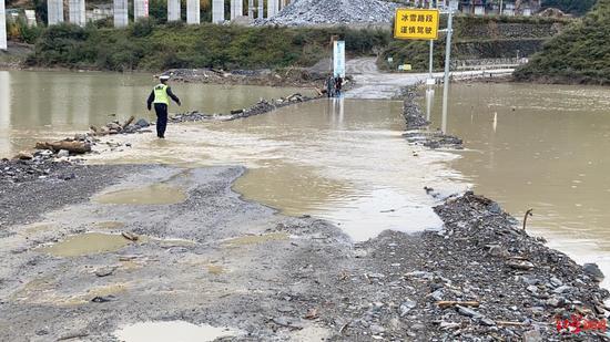 降雨致泥石流山体滑坡 四川平武至九寨沟道路中断图片