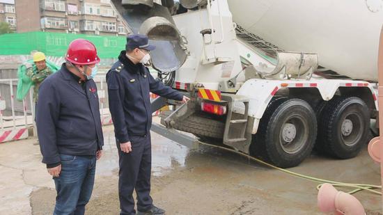 空气重污染黄色预警,行政执法部门加强对施工工地检查力度图片