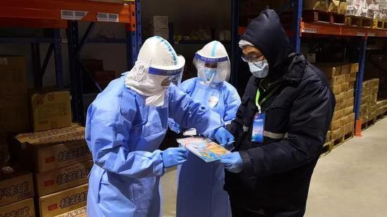 △11月16日,采样员在上海港口冷库内对质料外包装举行核酸采样。陈玺撼 摄