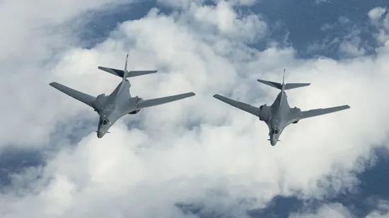 港媒:解放军大规模演习之际,美轰炸机闯入中国防空识别区图片