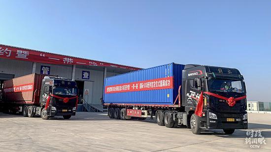 """△11月12日,宁夏首趟""""一带一起""""跨境电商国际卡车班列从银川发车,4000件跨境电商货品估计14天后抵达比利时,随后被分发至欧洲其他国度。"""