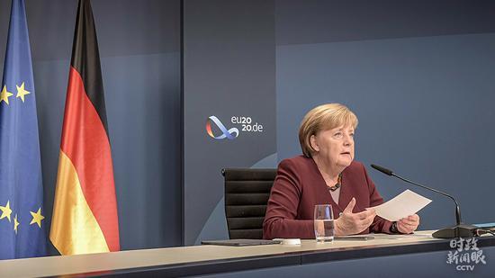 △11月22日,默克尔通过视频方法出席G20向导人第15次峰会第二阶段集会。偶合的是,15年前的这一天,她正式成为德国汗青上首位女性总理。