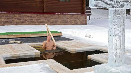 """普京赤裸上身泡冰水,这次""""肌肉秀""""他要一箭双雕了"""