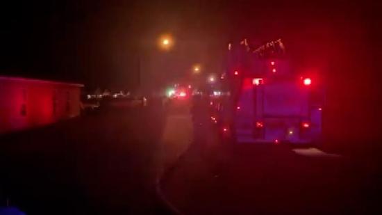 美媒:美国一架飞机撞进民宅 致2人死亡