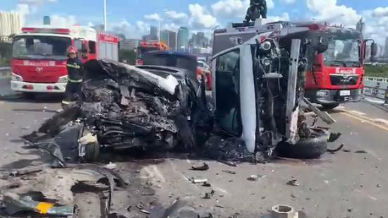 海南海口发生多车连环追尾致5车受损 有人受伤图片