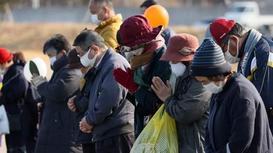 福岛县民众为地震和海啸遇难者默哀。图源:Jiji