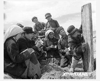 (图为1960年,新疆塔什库尔干塔吉克族自治县慕士塔格人民公社二大队的社员在小学生的帮助下在田间学习文化 新华社记者武纯展摄)