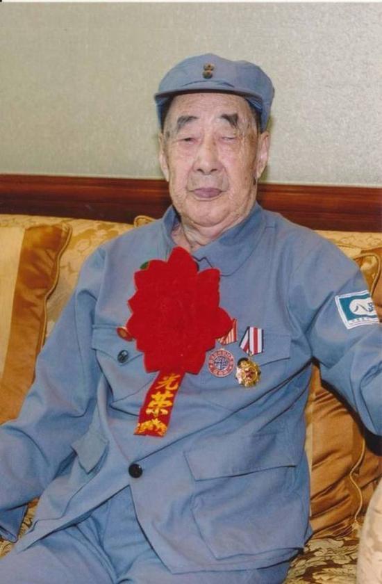 許家印父親許賢高。1938年,年僅16歲的許賢高參加革命,當年參軍,當年入黨。抗戰結束後,1946年許賢高因傷復員,回鄉務農。