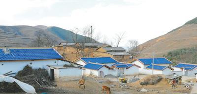 3月15日的昭觉县呷祖居坡村,新居已经入住,旧屋尚未拆除,今昔在这个高山彝寨交汇。   本报记者 孔祥武摄