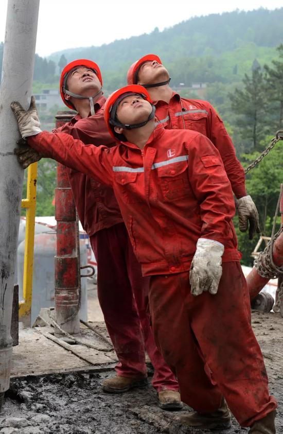 重慶涪陵的一處頁岩氣平臺,施工中的鑽井工人。圖/視覺中國