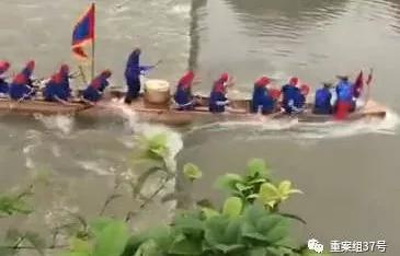 ▲龙舟在江面逆着水流向上游行驶。