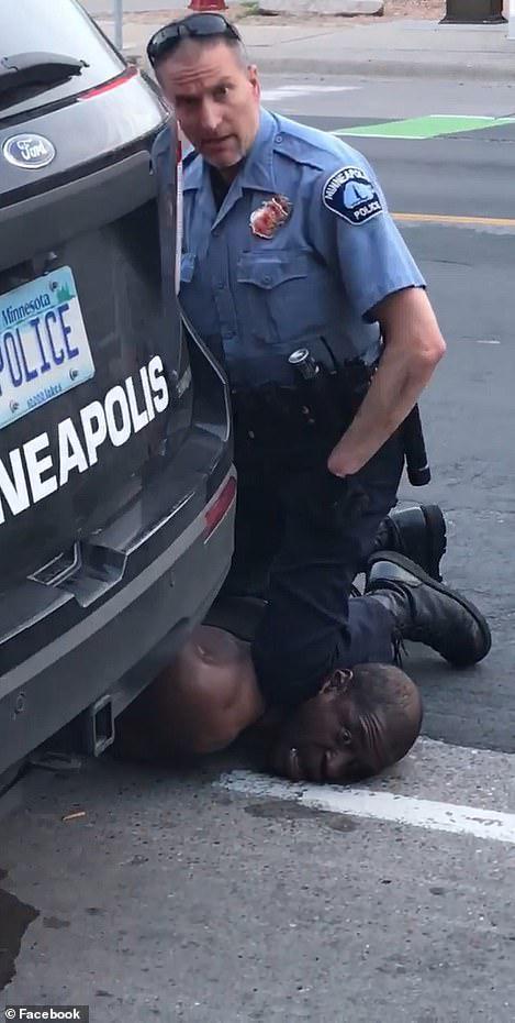 美国黑人男子被警察跪压致死(脸书)
