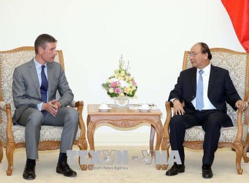 越南政府总理阮春福(右)会见英国驻越大使贾尔斯<span class=