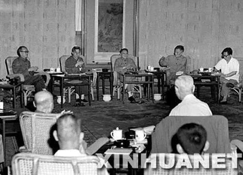 1977年8月4日早晨,邓小平在人民大会堂,主持召开了科学和教育工作座谈会。 新华社发