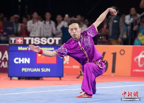 中国武术运动员孙培原在比赛中。中新社记者 刘关关 摄