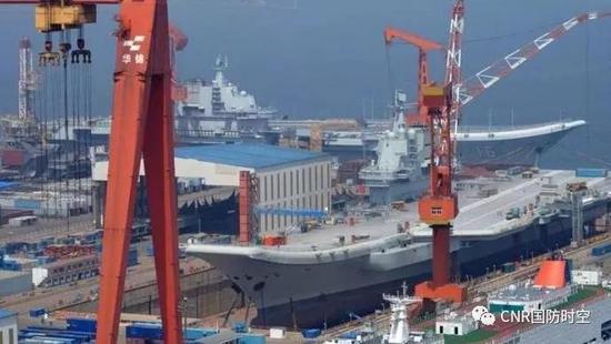 """中国首艘国产航母与辽宁舰的""""历史性同框"""""""