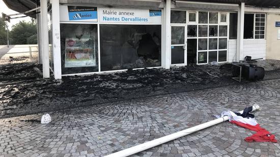 图为被烧毁的市政厅分部 (图片来源:法国西部报)
