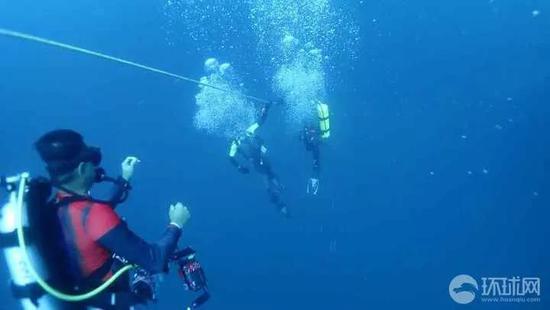 普吉蓝海救济队供给的搜罗现场图。