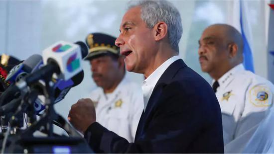 芝加哥市长 Rahm Emanuel在记者会上