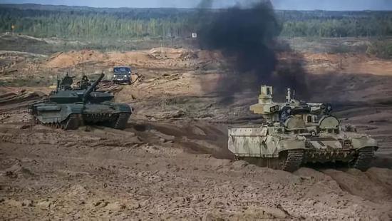 演习中的俄军装甲部队