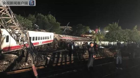 台湾列车出轨侧翻致18人死亡 乘客讲述惊险瞬间