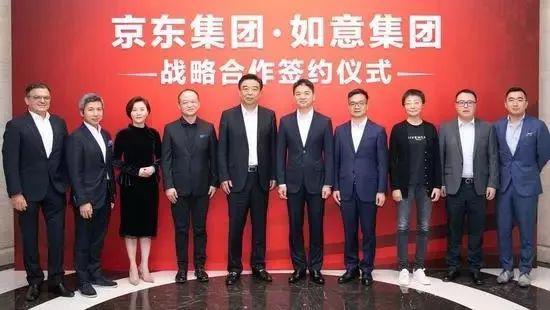 9月4日,刘强东(右五)现身京东与如意控股集团合作现场。