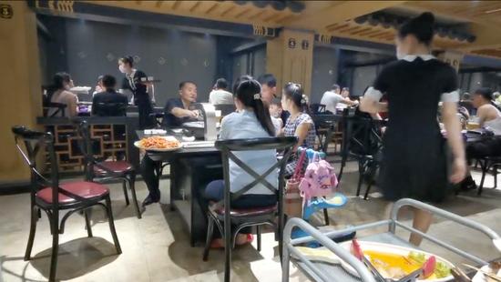 7月26日,平壤市一家餐厅内,客人在用餐。(视频截图)