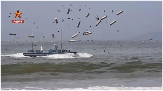 多兵种团结立体渡海上岸演练在福建、广东多处海疆同步睁开。图源:@央视军事 视频截图