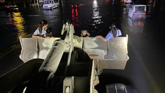 洪水围困卫辉:无奈的装载车司机和摸黑蹚水转移的市民图片