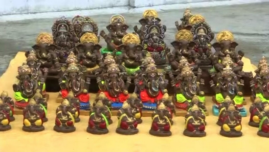 印度工匠用牛粪制作象头神像 民众争相购买