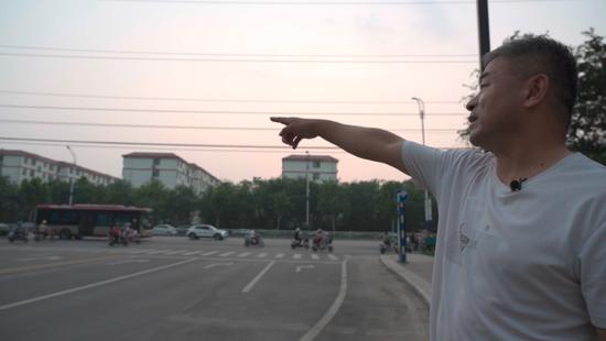 ▲9月13日傍晚,郭剛堂前去指認郭振曾經走丟的地方。新京報記者 戚厚磊 攝