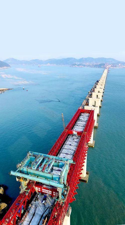 △中国第一座强台风区双孔连做造桥机工作
