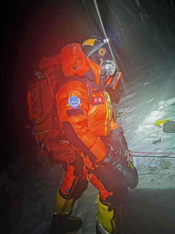 高程测量登山队出发,冲顶珠峰。扎西次仁 摄