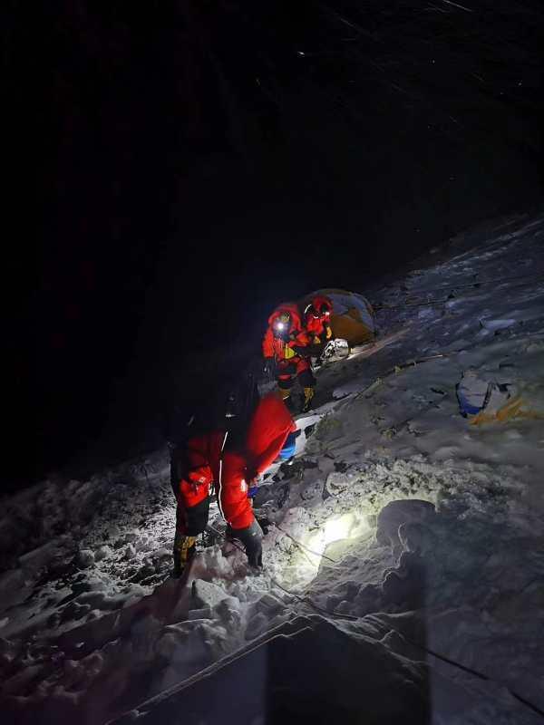 测量登山队出发,冲顶珠峰。扎西次仁 摄