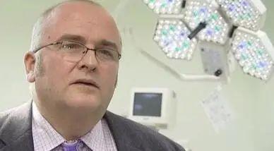 英国医生在病人肝脏上刻名SB留念 被暂停行医资格